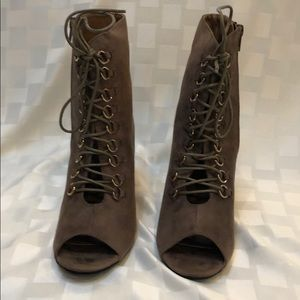 Lace Up Front Shoe With Side Zipper, Size 8.